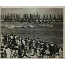 1933 Press Photo Crowds watch a speedboat race at a lake front - net16165