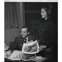 1974 Press Photo Capt Harold B Adams and Wife Belle Show SR71 Aircraft Photo