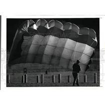 1989 Press Photo Dave Cox and his parachute at Edgewater Park - cvo01352