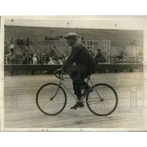 1929 Press Photo Leon Lurraja on bicycle at auto speedway in Boston MA