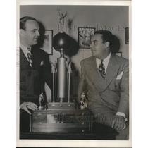 1943 Press Photo Art Flynn, Harry Wismer for sports commentary on air