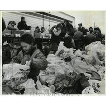 1990 Press Photo Scout Tony Lombardi Helps Sort Food at Franklin Park
