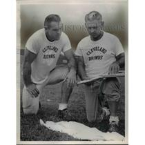 1960 Press Photo Leon Clarke (left) & assistant coach Paul Bixler - cvb70044