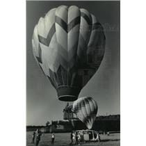 1985 Press Photo A hot-air balloon moved skyward at Wisconsin Dells - mja00686