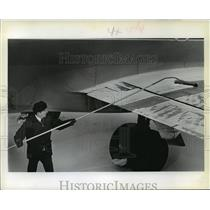 1979 Press Photo Nathan Ruonavaara test invention on North Central Airlines