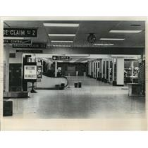 1972 Press Photo Terminal lobby at Mitchell Field after a bomb scare - mja03327