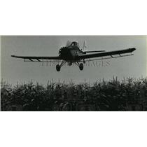 1981 Press Photo Plane just over plants, assuring chemicals go where supposed to