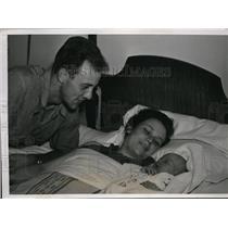1939 Press Photo Cincinnati Reds infielder Lonnie Frey with wife and newborn son