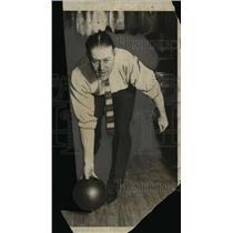1924 Press Photo Yankees pitcher Bush at a bowling alley - net05646