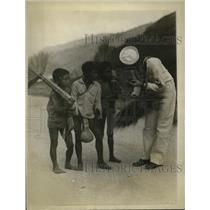 1928 Press Photo Igorote Boys in Philippines with American Sailor USS Pittsburgh