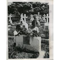 1954 Press Photo Vietnamese Children at Hanoi Military Cemetery - ney22134