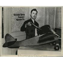 1940 Press Photo Inventor Victor M. Day w Plane Model to Land on Dime
