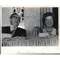 1875 Press Photo Henry Kissinger, Carol Baumann laugh during Milwaukee visit