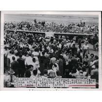 1949 Press Photo Crowd surrounded plane after landing at Fullerton Airport