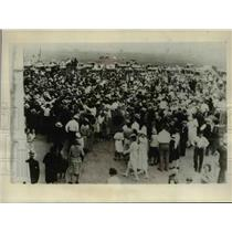 1930 Press Photo Crowd Storms Hangar After Endurance Plane Lands - nef10523