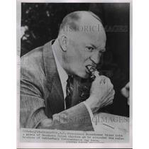 1854 Press Photo Pres.Dwight Eisenhower bites a piece of Southern Chicken