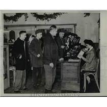 1944 Press Photo Nelson Potter St Louis Browns pitcher buys war bonds