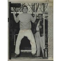 1958 Press Photo Coach Chuck Mather & Bob Kilcullen lineman of Bears