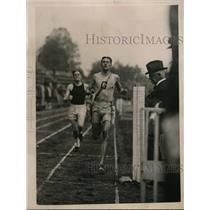 1922 Press Photo Georgetown University track star Brewster wins 880 yd run