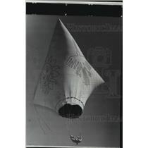 1975 Press Photo Seven-story high primitive smoke balloon lifted off from Nazca