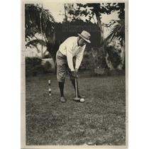 1928 Press Photo Tex Richard plays croquet on his lawn in Miami - nes51616