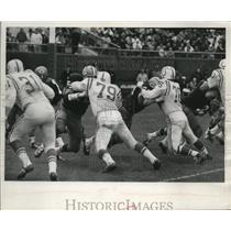 1965 Press Photo Packer offensive tackle Wright and guard Kramer held off surge.