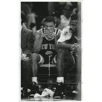 1992 Press Photo New York Knicks Greg Anthony and Charles Oakley on the bench