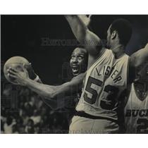1983 Press Photo The 76ers Moses Malone and Bucks forward Alton Lister