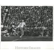 1965 Press Photo John Brodie SF Quarterback had Packers Lee Roy Caffey hanging.