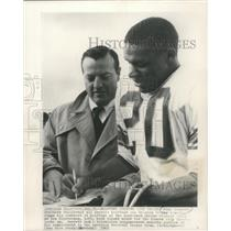 1965 Press Photo Mike Garrett signs with Kansas City Chiefs at halftime
