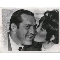 1968 Press Photo New Orleans Saints fullback Jimmy Taylor, gets kiss from wife.