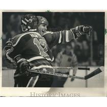 1985 Press Photo Edmonton Oilers' Dave Hunter congratulates Lee Fogolin for goal