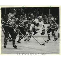 1985 Press Photo Oilers' Don Jackson with puck as Tom Lysiak of Hawks forechecks