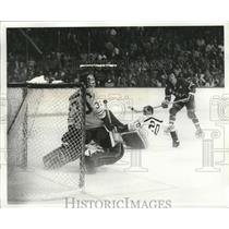 1971 Press Photo Rangers' Red Gilbert makes shot vs Bruins goalie Gerry Cheevers