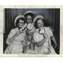 1957 Press Photo New Orleans Mardi Gras girls with candy - noca00103