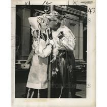 1958 Press Photo New Orleans Mardi Gras costumes a kiss on States street
