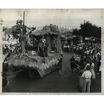 1950 Press Photo Carnival Parade- Zealous followers leave ranks to beg for gifts