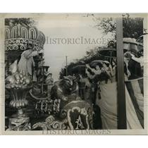 1956 Press Photo Carnival Parade- Queen and Court of Alla return toast of King.