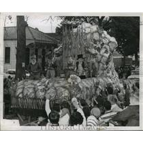 """1958 Press Photo Carnival Parade- """"Music of Spain"""" is depicted on Flat No. 3."""