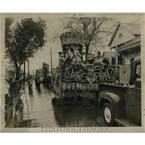 1956 Press Photo Carnival Parade- Alla Leads procession through wet Alglers.