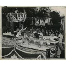 1951 Press Photo Carnival float-Alla West Bank Ruler, greets his Queen and Court
