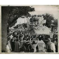 1951 Press Photo Carnival Parade- Algiers crowd hails maskers aboard Alla float.