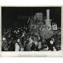 1959 Press Photo Crowd Watches Babylon Float at Mardi Gras Parade, New Orleans