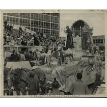 1958 Press Photo Sargon, Mayor Exchange Toasts Crowd, Mardi Gras, New Orleans