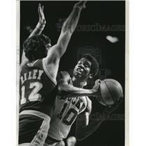 1974 Press Photo Pat Riley, Lakers, (L) Bob Dandridge, Bucks looks for basket.