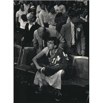 1987 Press Photo Boston's Kevin McHale was consoled by a security guard.