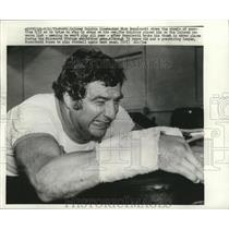 1975 Press Photo Injured Dolphins linebacker Nick Buoniconti strains in workout