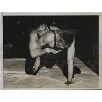 1935 Press Photo U of Penns Pollock vs Princetons William Rawles wrestle