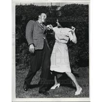 1943 Press Photo couple demonstrating a Judo move - net28762