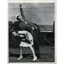 1943 Press Photo woman demonstrates a Judo move on a man - net28763